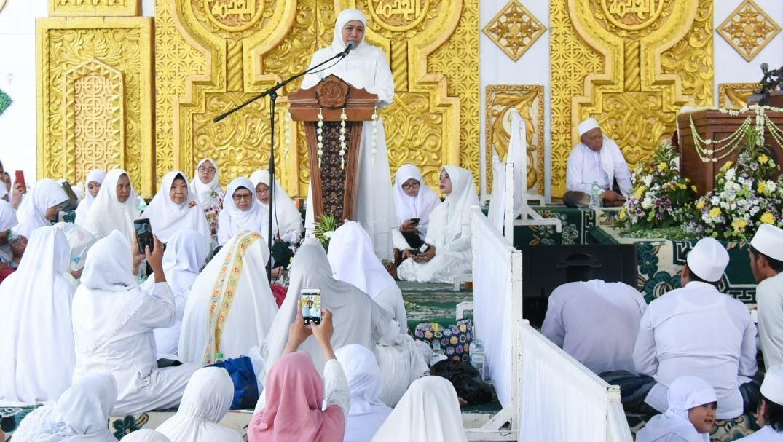 Gubernur Jawa Timur Khofifah Indara Parawansa saat sambutan acara Haul KH Abdul Wahab Turcham di Yayasan Khodijah Surabaya