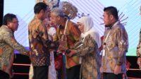 Gubernur Jawa Timur Khofifah Indar Parawansa Terima Penghargaan Pembangunan Daerah 2019 dari Presiden Jokowi